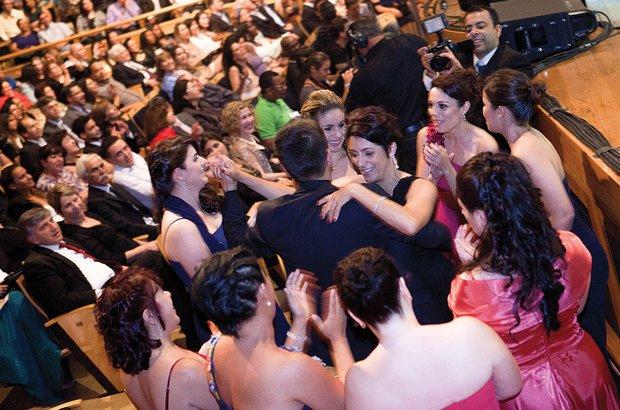 Contagiados pelo samba, os vencedores aproveitaram para relaxar e dançar. Raoni Maddalena