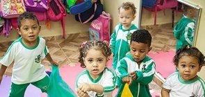 Na prática: use tecidos para trabalhar Traços, Sons, Cores e Formas com as crianças