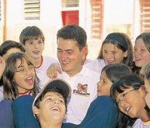 Alunos rodeiam Luís: amizade e orientação. Foto: Emerson Gonçalves