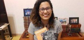 Paula Peres segura os livros quando me descobri negra e reservado