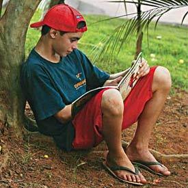 Freqüentador do projeto de incentivo à leitura coordenado pelo Centro Educacional Kaffehuset Friele, em Poços de Caldas, MG: transformando jovens em apaixonados por livros. Foto: Marcos Rosa