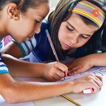 Os estudantes resolvem cálculos usando o que já sabem de cor e combinando estratégias. Assim, o que era difícil se torna fácil. Foto Marina Piedade/Ilustração Clouds 4 Sale