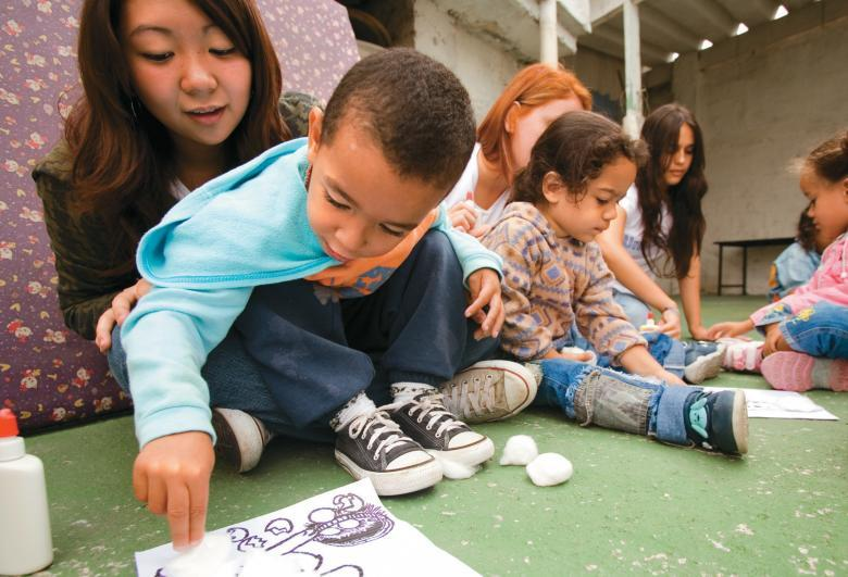 Projeto Ler, Conviver e Aprender numa creche, em São Paulo: adolescentes contando histórias para os pequenos. Foto: Tatiana Cardeal
