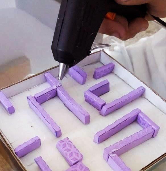 Imagem mostra montagem do labirinto com cola quente