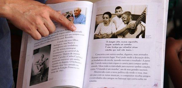 Antes de aprender as músicas, os alunos de Alessandro leram biografias e livros sobre o sambista, que contam sua trajetória musical e explicam o sucesso tardio de Cartola, reconhecido depois dos 60 anos de idade. Foto: Marco Monteiro