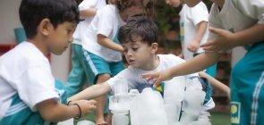 Construindo com gelo: uma atividade para soltar a imaginação