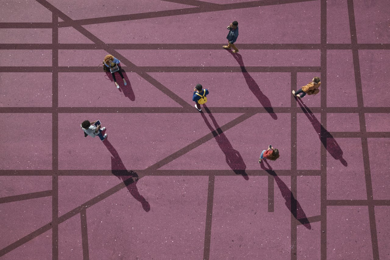 pessoas espalhadas em linhas que se cruzam, pode significar caminhos e opções que estão conectadas, integradas