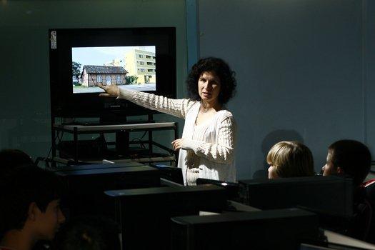 Valkiria pediu uma pesquisa sobre as casas enxaimel, mostrou fotos da moradia e, em um debate, pediu que o grupo observasse a posição das hastes, as figuras geométricas formadas e os padrões das construções.