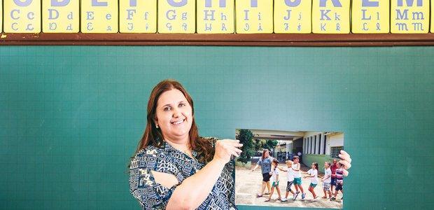 Janaína Facioli Grecco, de Itapira, e os alunos indo para a classe no primeiro dia de aula. Foto: Alexandre Severo