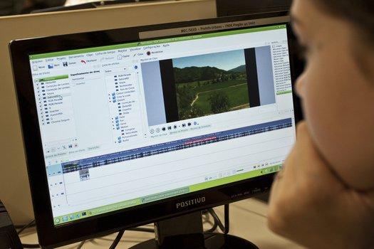 O programa Windows Movie Maker é utilizado pela turma para editar os vídeos. Alguns estudantes, que já conheciam a ferramenta, ensinaram para os demais. Foto: Tamires Koop