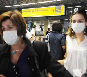 Epidemia da gripe H1N1 levou passageiros e funcionários de companhias aéreas a usar máscaras de proteção. Foto: Valter Campanato/ABr