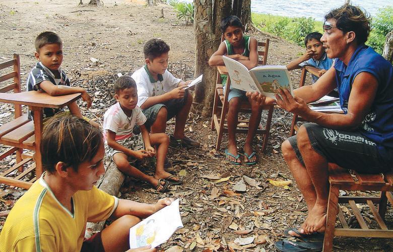 Roda de leitura em Portel, PA, a dez horas de barco de Belém: mediadores treinados pelo projeto Expedição Vaga Lume