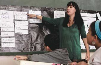 INGLÊS COTIDIANO Com a ajuda da professora Edileusa, alunos montam o painel de estrangeirismos. Foto: Marina Piedade