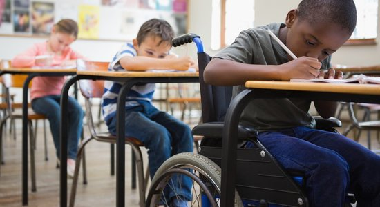 Conhecer a deficiência e entender como ela se manifesta é uma ação importante para valorizar as potencialidades do aluno e não exigir demais dele. (Foto: Shutterstock)