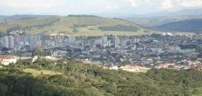 Cidade entre montanhas