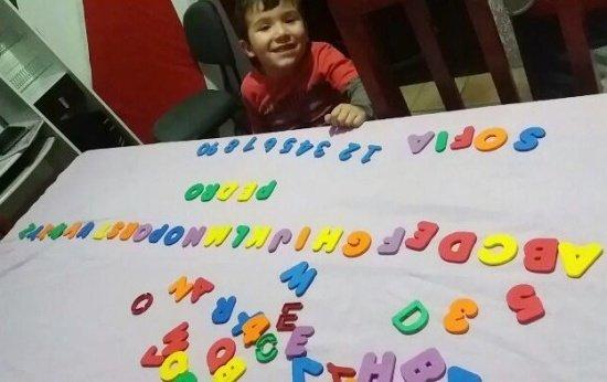 O menino que pediu um aniversário com o tema do alfabeto