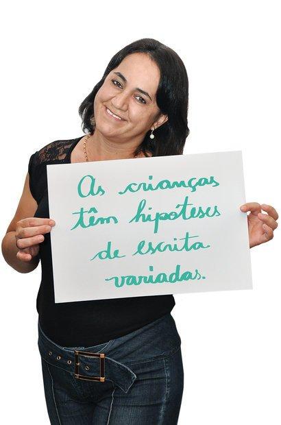Maria Cristina entendeu que a escrita dos alunos dá indícios sobre como intervir. Sonia Vicentin. Ilustração Elisa Carareto