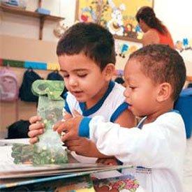 Pequenos se divertem com livros-brinquedos na UME Doutor Luiz Lopes, em Santos, SP: projeto de leitura no berçário causou espanto no início, mas acabou sendo premiado. Foto: Kriz Knack