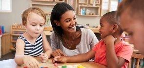 Professora se diverte com alunos da Educação Infantil na sala de aula