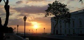 Pôr do sol em rua de São Luís do Maranhão