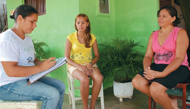 Valorizando os saberes da família: visitas de educadores à casa dos alunos diminuiu a evasão e melhorou a aprendizagem. Foto: Gustavo Moura