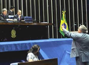 Os senadores Arthur Virgilio e Tasso Jereissati, a Mesa da presidencia da Casa, discutem com colegas Heraclito Fortes durante a leitura do requerimento de criacao da CPI da Petrobras Foto: Fabio Rodrigues Pozzebom/ABr