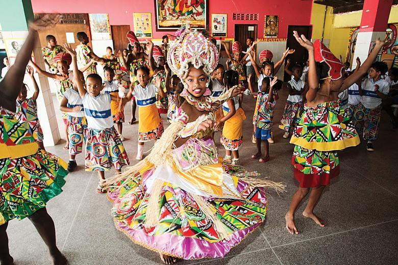 Crianças dançam ritmos africanos