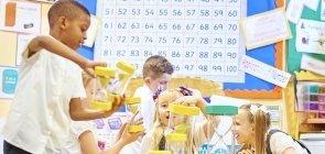 Crianças usam jogos matemáticos em sala de aula