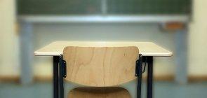 Carteira vazia em sala de aula