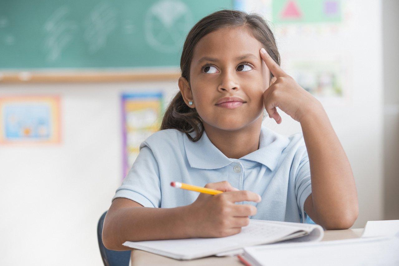 garota com lápis na mão com expressão pensativa