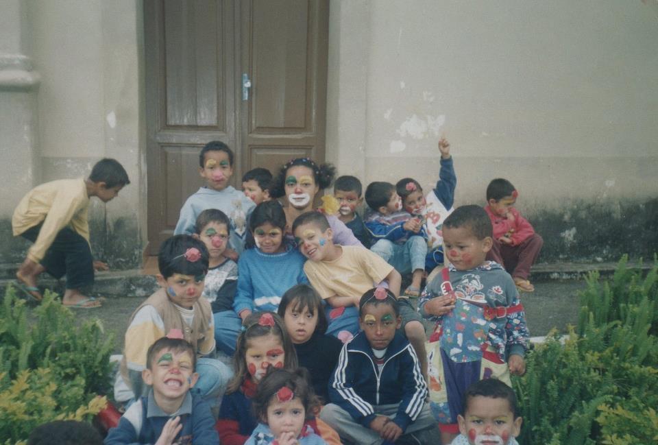 A professora Edilaine Cristina Camargo e seus alunos