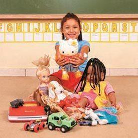 HORA DE ESCOLHER - Camila, da Creche Aventura do Aprender, em Osasco, aponta sua opção de brinquedo. Foto:Patrícia Stavis