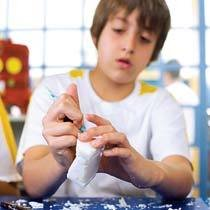 Material simples e barato permite esculpir na cor do mármore e desmitifica o trabalho como sendo algo necessariamente sofisticado. Foto: Marina Piedade