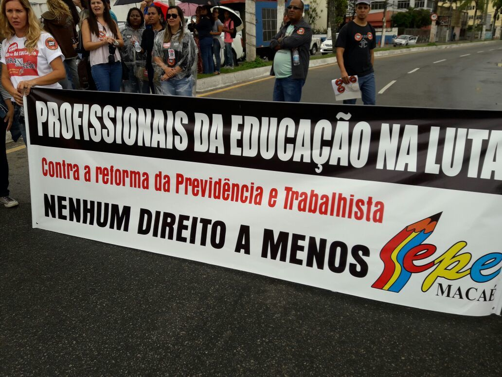 Professores seguram faixa com os dizeres: Profissionais da Educação na luta