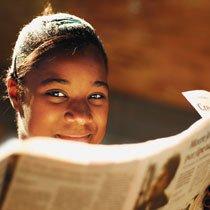 Cássia está aprendendo a buscar informações nas notícias de jornal sem deixar de prestar atenção nas marcas de intencionalidade deixadas por quem escreveu o texto. Foto: Raoni Maddalena