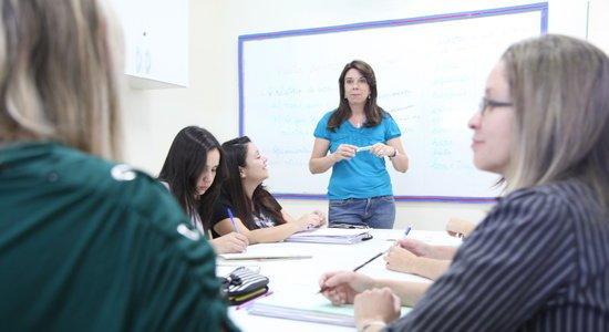 Leninha Ruiz conversa com professoras em reunião (Foto: Gabriela Portilho)