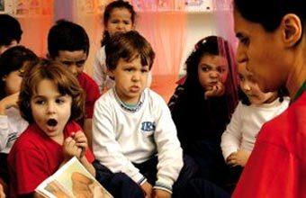 Medo, susto e raiva: a professora Maristela, do Instituto Educacional Stagium, em Diadema (SP), viaja com a turma para o mundo da imaginação. Foto: Karine Basílio