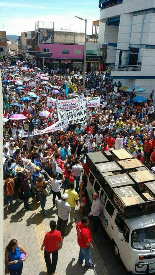 Rua de Claros, Minas Gerais, ocupadas por pessoas protestando contra a reforma da previdência