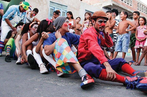 Foram feitas esquetes para os moradores locais, que riram com as piadas dos estudantes. André Menezes