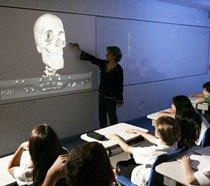 Alunos do colégio Miguel de Cervantes observam uma lousa digital, que recebe informações de um computador, controlado pelo professor, e exibe imagens em 3D com som estéreo. Foto: Fernando Moraes