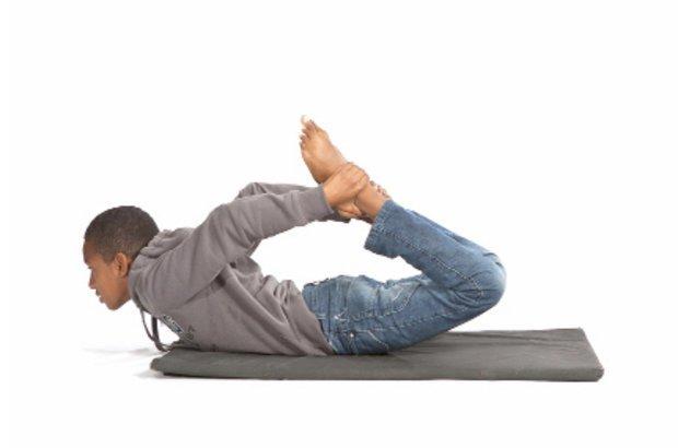 A ioga também foi explorada. A garotada aprendeu posições básicas, como esta, e seus beneficios. Jacqueline explicou que a posição alonga os músculos das costas, do peito e das coxas, além de melhorar a postura. Fotos Manuela Novais e Raoni Maddalena