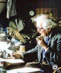 PENSADOR PLURAL Piaget (em foto no seu escritório, no ano de 1976) incluiu saberes de várias áreas em sua obra. Foto: Arquivo Instituto Jean-Jacques Rousseau/Fundo Laura Lacombe. Pesquisa iconográfica Josiane Laurentino