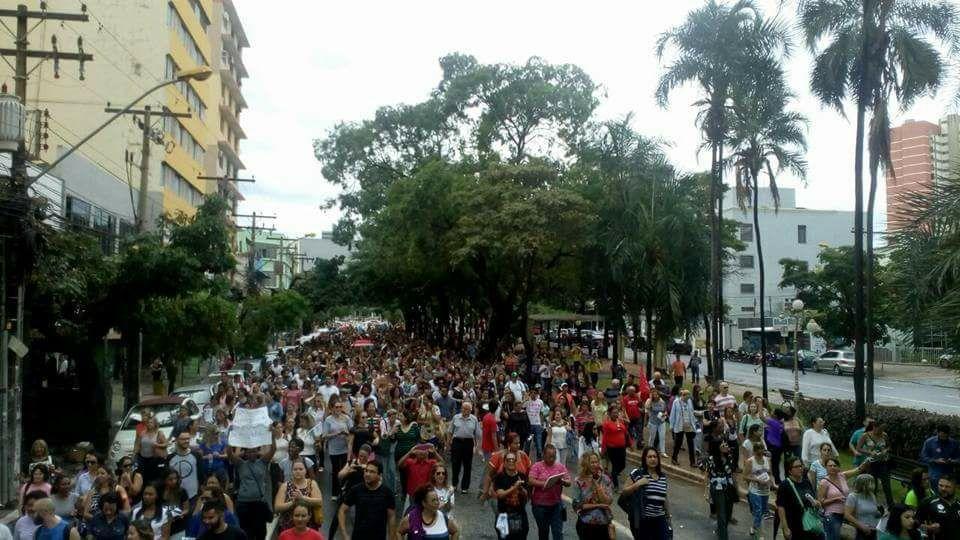 Dezenas de pessoas protestam em Goiânia contra a reforma da previdência