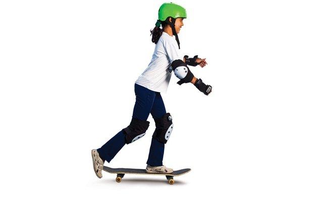 Na remada, a garota pisa na parte frontal e com o outro pé dá um impulso para trás. Patrícia Stavis