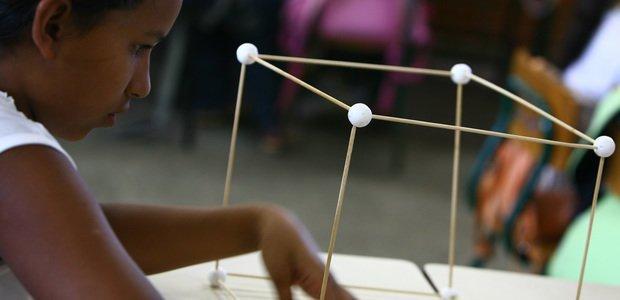 Aluna da EMEF José Mariano Beck, em Porto Alegre, faz atividade proposta pela professora de Matemática Vera de Moraes sobre como planificar sólidos geométricos. Foto - Tamires Kopp