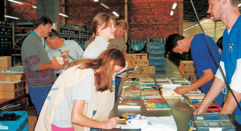 Vereadores-mirins levam livros aos funcionários de uma indústria em Imigrante, RS: visitas mensais e leitura em voz alta no trabalho. Foto: Divulgação