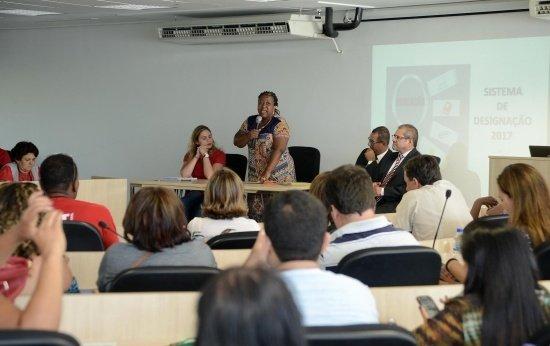 Foto da reunião realizada no dia 9 de janeiro, em que a secretária Macaé Evaristo apresentou as informações sobre a designação para os diretores regionais do Sind-UTE.