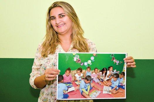 Bárbara e seus alunos, hoje grandes leitores graças à biblioteca idealizada por ela. Fotos: Ilza Gomes