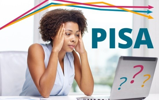 Mulher negra olha para o computador com cara de dúvida.