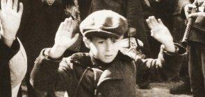 Soldados alemães prendem cidadãos judeus poloneses durante o levante de Varsóvia